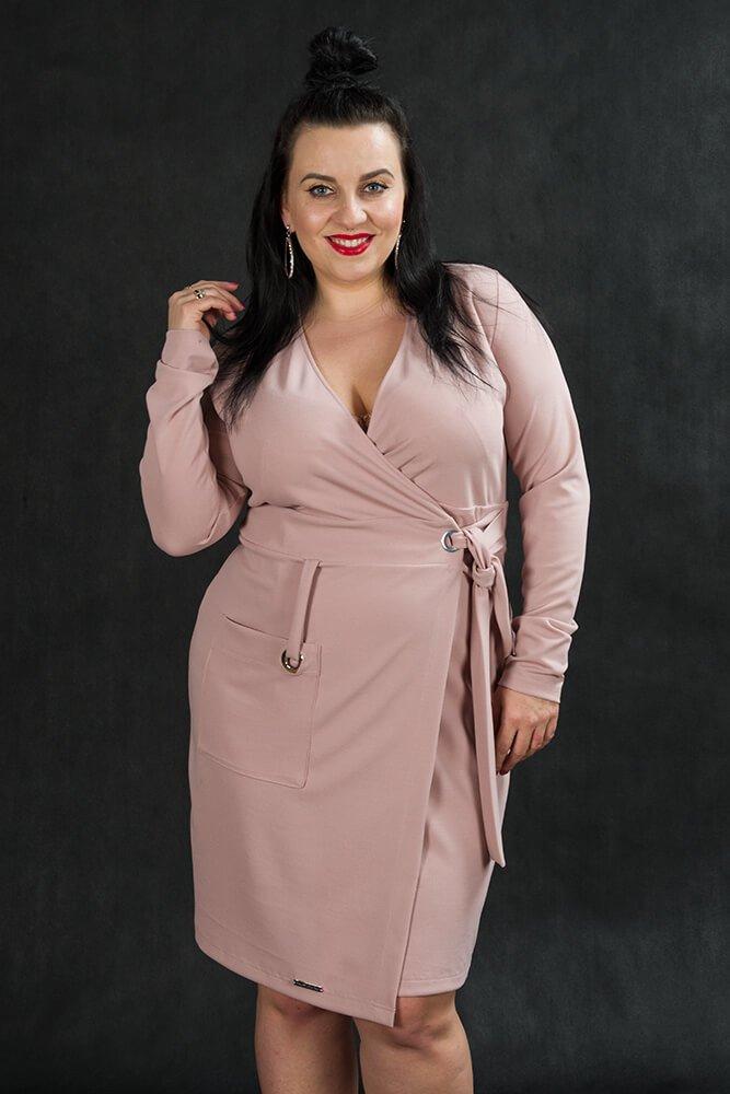 fa25574bec Różowa sukienka damska KIMBERLY kopertowa Size Plus ✅ darmowy ...