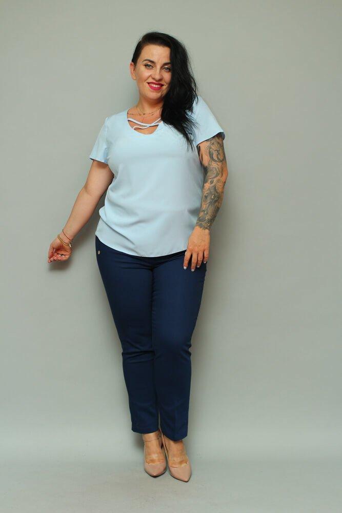 Błękitna Bluzka damska SARAY Plus Size Dekolt